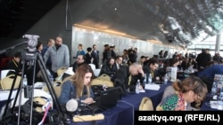 Сирия дағдарысын реттеу келіссөздерінің баспасөз орталығында отырған журналистер. Астана, 23 қаңтар 2017 жыл.