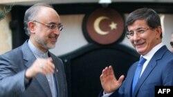 Иранский и турецкий министры иностранных дел Али Акбар Салехи и Ахмет Давутоглу на встрече в Анкаре