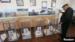 Голосування на одній із виборчих дільниць у Києві. 25 жовтня 2015 року