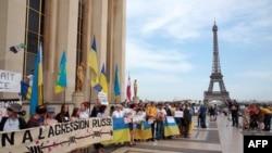 Протест против визита Путина в Париже