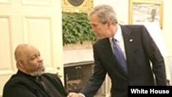 Джордж Буш-младший вручает Джеймсу Де Присту Национальнуюю медаль искусств. 2005 год