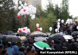 """Участники митинга """"Несогласных"""" в Алматы. 28 апреля 2012 года."""