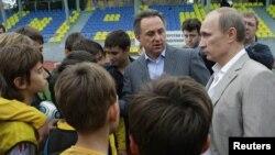 Виталий Мутко и Владимир Путин в Сочи на встрече с молодыми футболистами, 3 декабря 2010 г