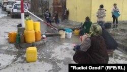 Жители Района Рудаки в Таджикистане испытывают трудности с нехваткой питьевой воды.
