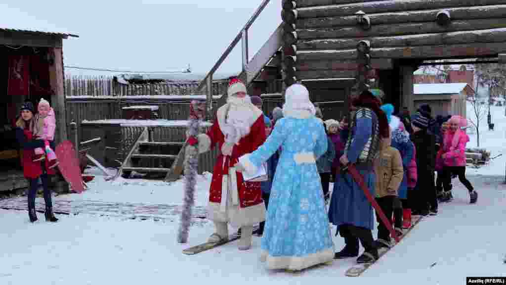 Зөя утрау-шәһәрчегендәге Кыш бабай белән Кар кызы экскурсиягә килгән балалар белән уйныйлар