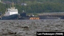 Россия - Спасательный буксир и атомная подводная лодка РФ на одной из баз Северного флота, Североморск, 3 июля 2019 г․