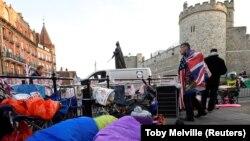 Մեծ Բրիտանիա - Շատ բրիտանացիներ գիշերն անցկացրել են բաց երկնքի տակ՝ Վինձորյան դղյակի դիմաց, որպեսզի հետևեն արքայազի պսակադրությանը