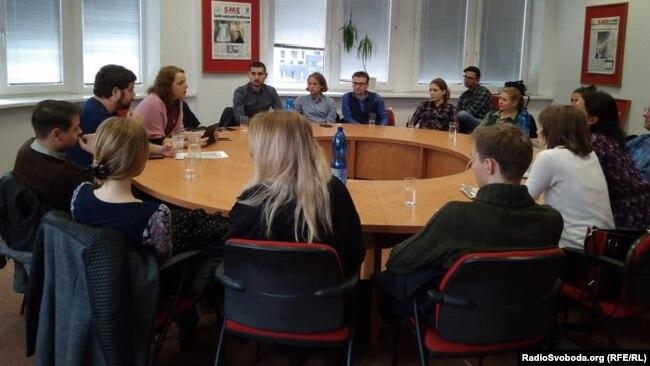 Местные эксперты и журналисты в редакции SME обсуждают проблему прокремлевской дезинформации