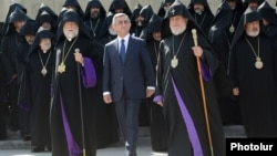 Президент Армении Серж Саргсян, Католикос всех армян Гарегин II (справа) и Католикос Великого Дома Киликийского Арам I (слева) вместе с участниками Епископального собрания, сентябрь 2013 г.