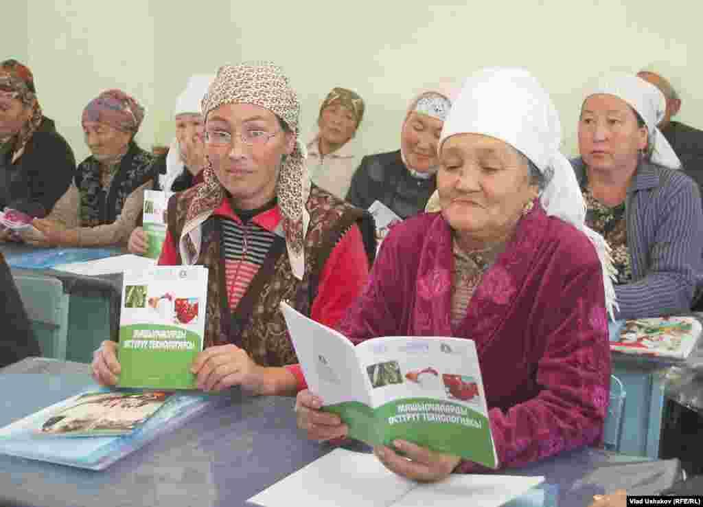 Женщины не стесняясь садяться за парту, чтобы получить новые знания о современных методах агротехники
