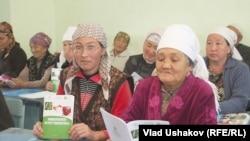Кыргыз аялдардын көбү майда насыяларды алып чакан ишкерлик менен алектенет.
