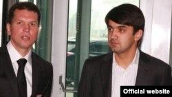 """Сын президента Таджикистана Рустами Эмомали (справа) и главный тренер клуба """"Истиклол"""" Алимджан Рафиков (слева)."""