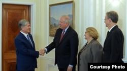 Алмазбек Атамбаев (сол жақта) АҚШ мемлекеттік хатшысының орынбасары Томас Шэннонмен (сол жақтан екінші) кездесіп тұр. Бішкек, 27 қазан 2016 жыл.