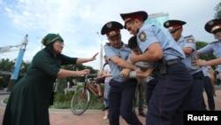 Астана күні полиция адамдарды қалай ұстады?