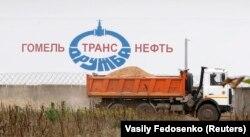 Цыстэрна з нафтай на нафтаперапамповачнай станцыі прадпрыемства «Гомельтранснафта Дружба», якое забясьпечвае пастаўку нафты з Расеі ва Ўкраіну і краіны Эўразьвязу. Архіўнае фота