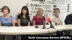 Родные Георгия Гуева на пресс-конференции, архивное фото