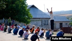 Lecţia de gimnastică la şcoala din satul Bursuc