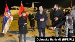 Donaciju je u ime Vlade Srbije uručila premijerka Ana Brnabić koju je na aerodromu dočekao crnogorski premijer Zdravko Krivokapić sa saradnicima.