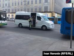 Полиция развернула свадебный автобус