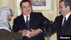 Ясир Арафат (слева), президент Египта Хосни Мубарак (в центре) и премьер-министр Израиля Эхуд Барак, 9 марта 2000 г.