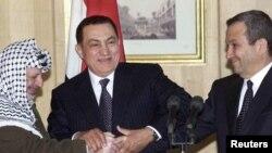 Egypt -- President Hosni Mubarak (C) hosts a three-way handshake between himself, Israeli Prime Minister Ehud Barak (R) and Palestinian President Yasser Arafat at their three-way summit in the Red Sea resort of Sharm el-Sheikh, 09Mar2000