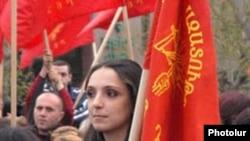 Сторонница партии АРФ «Дашнакцутюн» на митинге (архив)