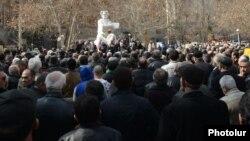 Ազատամարտիկները Մարտիրոս Սարյանի արձանի մոտ հանրահավաք են անցկացնում, 1-ը մարտի, 2014 թ.