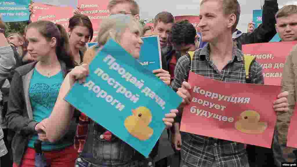 Участники митинга в Екатеринбурге танцуют с плакатами.