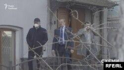 Згодом знімальна група зафіксувала, як Буряк залишив МОЗ разом із згаданим раніше Царенком та ще одним чоловіком