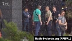 За два дні після прибуття Коломойського до Києва журналісти помітили численну охорону біля його офісу
