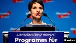 """Фрауке Петри, Германияның әсіре оңшыл саясаткерлерінің бірі, """"Германияға балама"""" партиясы жетекшілерінің бірі."""