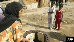 A woman makes bread at a camp for internally displaced Iraqis in central Baghdad. (file photo)