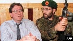 24 qershor 1998 - Riçard Hollbruk, atëbotë i dërguar i posaçëm i SHBA-ve, kishte vizituar selinë e UÇK-së në Junik, gjatë përpjekjeve diplomatike për të ndaluar dhunën në Kosovë.