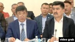 Үкімет жанынан құрылған жер комиссиясының Алматы облысындағы жиынына қатысушылар. 18 маусым 2016 жыл. Тікелей эфирден скриншот.