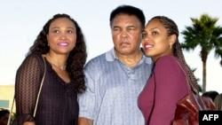 Мохаммед Али со своими дочерьми. 2000 год