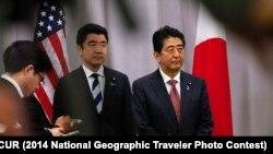 Синдзо Абэ (справа) в Нью-Йорке на пресс-конференции после встречи с Дональдом Трампом. 17 ноября 2016 года