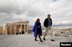 Президент США Барак Обама во время прогулки по Акрополю