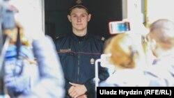 Міліцыянт падчас ператрусу ў офісе тэлеканалу «Белсат» у Менску, 9 красавіка 2019 году