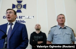 Ukrainian Prosecutor-General Yuriy Lutsenko (left), Arkady Babchenko (center), and the head of the National Police Serhiy Knyazev speak to reporters in Kyiv on May 30.
