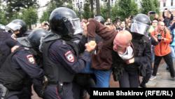 Москва, Пушкинская площадь, полиция задерживает демонстрантов, 3 августа 2019