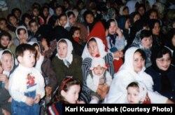 Ирандағы қазақ қыз-келіншектер. Бендер-Түркімен қаласы, 1998 жыл. (Көрнекі сурет)