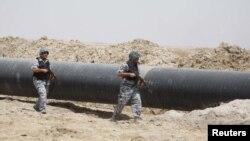 دورية أمنية تحرس أنابيب النفط