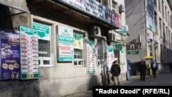 Пункты обмена валют на улицах Душанбе.