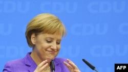 Germaniýanyň kansleri we Hristian Demokratik Birleşiginiň lideri Angela Merkel saýlawlardan soňky metbugat konferensiýasynda, Berlin, 28-nji sentýabr, 2009 y.