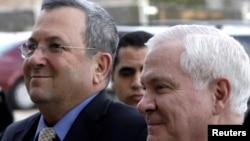 اهود باراک (چپ)، وزیر دفاع اسرائیل همراه با رابرت گیتس، همتای آمریکایی اش.