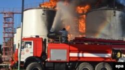 Аварийные бригады ведут борьбу с пожаром на нефтебазе к юго-востоку от Киева, 8 июня 2015 года.