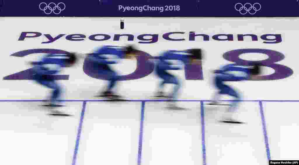 Біг на ковзанах на короткій доріжці: корейська команда під час тренування в фіналі чоловічої гонки