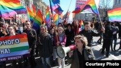 Наталья Цымбалова (справа на переднем плане), координатор «Альянса гетеросексуалов за равенство ЛГБТ», на митинге в поддержку прав геев.