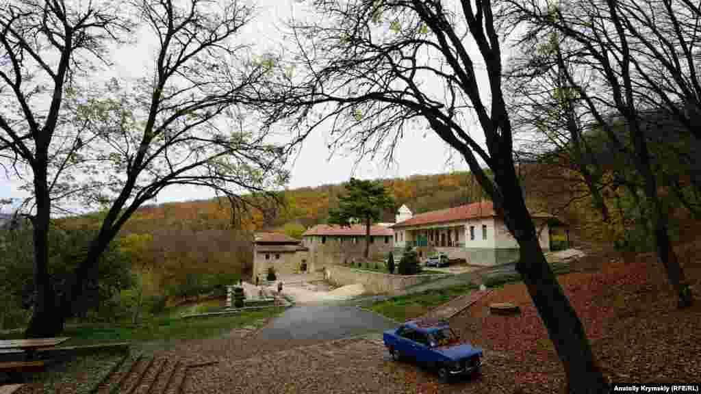 Вид на монастырский комплекс с горы Грыця. Он находится на высоте более 500 метров над уровнем моря