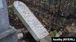 2016 елда Татар зиратында җимерелгән кабер